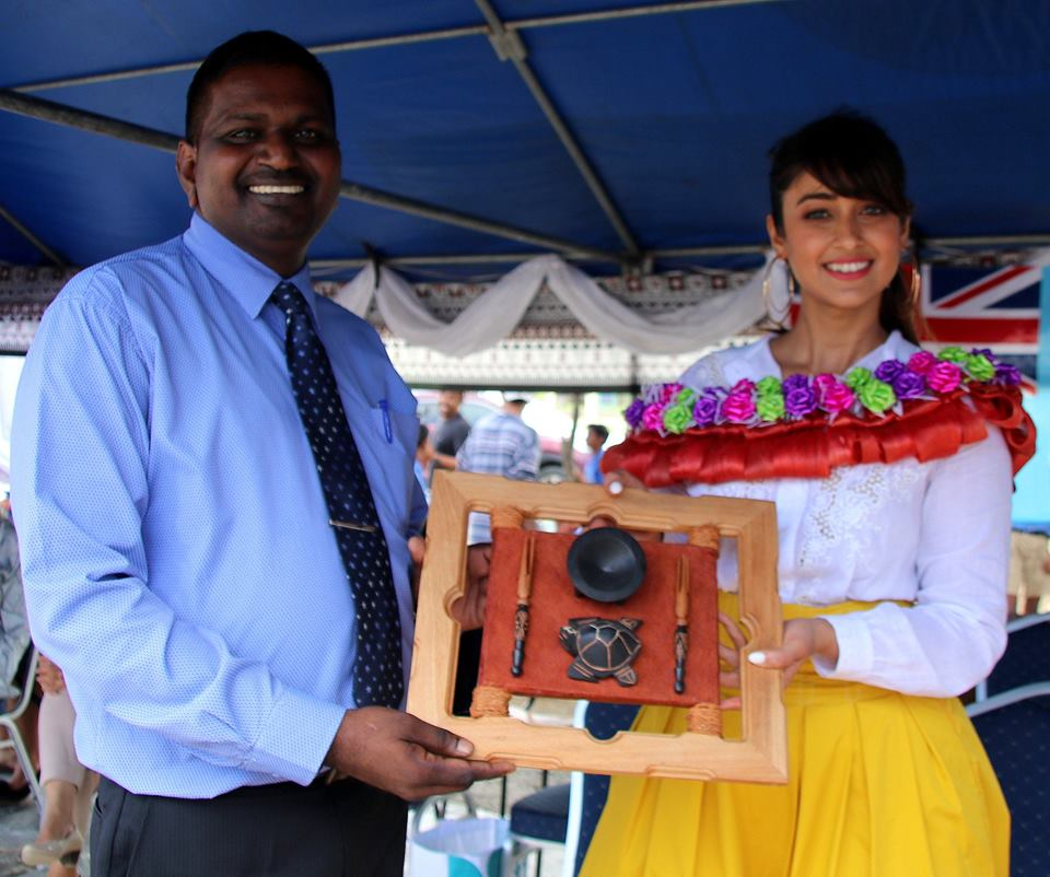 Bollywood actress and Tourism Fiji's brand ambassador, Ileana D'Cruz receives a token of appreciation from Rampur Primary School headteacher Rao.